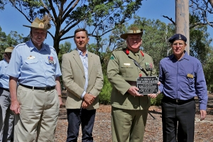 Michael Pitcher of Royal Australian Signals Association, accepting the plaque of Sergeant Harry Slater. Photo: M.   Orlicki.